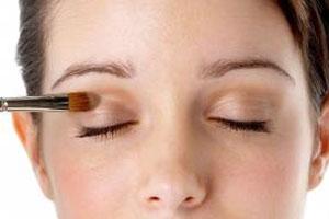 صورة: طريقة وضع مكياج ظلال العيون