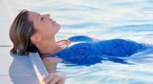صورة: السباحة بالفوطة الصحية أثناء الدورة الشهرية
